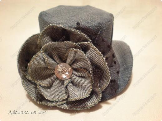 Дома завалялся небольшой кусок джинсовой ткани и я решила сделать себе маленькую шляпку-цилиндр (высота шляпки 6,5 см, а ширина по полю 15 см). Вот, что из этого получилось фото 4