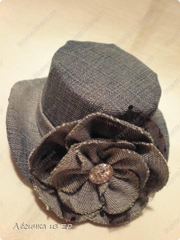 Дома завалялся небольшой кусок джинсовой ткани и я решила сделать себе маленькую шляпку-цилиндр (высота шляпки 6,5 см, а ширина по полю 15 см). Вот, что из этого получилось фото 1