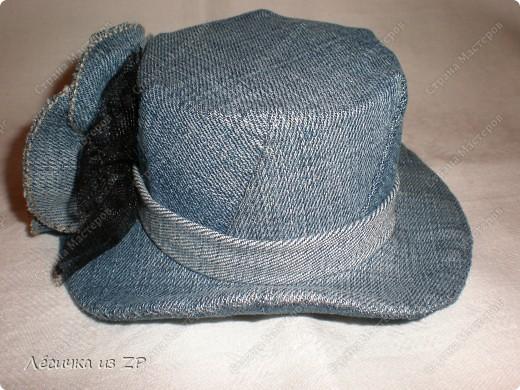 Дома завалялся небольшой кусок джинсовой ткани и я решила сделать себе маленькую шляпку-цилиндр (высота шляпки 6,5 см, а ширина по полю 15 см). Вот, что из этого получилось фото 3