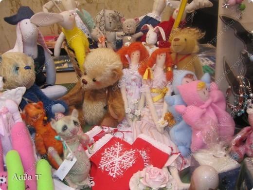 В Челябинске 18-19 декабря в Доме архитектора проходила Новогодняя 10-я выставка-продажа изделий ручной работы. Небольшой фоторепортаж. Первые 4 фотографии куклы от Ирины Викторовны Перебейнос фото 25