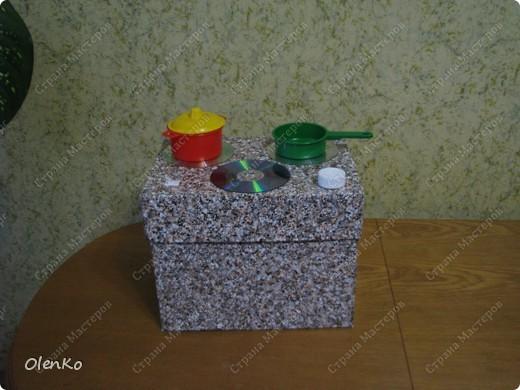 """Вот такую кухню я делала своему сынишке прошлой зимой. Идею подсмотрела на сайте """"Ручная Работа"""". Обклеила самоклейкой коробку из-под бумаги, фото 1"""