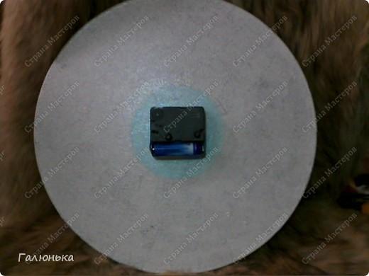 вот такие часики я сдела к празднику.(очень понравилась идея keryy) материалы самые простые: виниловый диск(пластинка) салфека резиновая картика из бумажной салфетки ненужный китайский будильник(модный не нашла)  золотые елочные пластмасовые бусики немного красного биссера(на картинке не видно)  фото 2