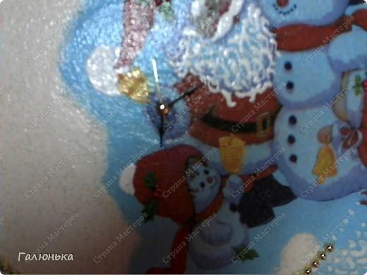 вот такие часики я сдела к празднику.(очень понравилась идея keryy) материалы самые простые: виниловый диск(пластинка) салфека резиновая картика из бумажной салфетки ненужный китайский будильник(модный не нашла)  золотые елочные пластмасовые бусики немного красного биссера(на картинке не видно)  фото 3