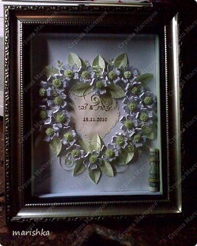 Очень хотелось как-то заполнить серединку сердца. Вот тут и пригодилось приглашение на свадьбу. Я вырезала сердечко из приглашения с датой свадьбы и именами жениха и невесты.Золотистые капельки нарисовала контуром для витражей.Фотки  не очень качественные , т.к. сделаны на мобильник (фотоаппарат отказал в последний момент). фото 1
