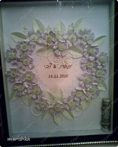 Очень хотелось как-то заполнить серединку сердца. Вот тут и пригодилось приглашение на свадьбу. Я вырезала сердечко из приглашения с датой свадьбы и именами жениха и невесты.Золотистые капельки нарисовала контуром для витражей.Фотки  не очень качественные , т.к. сделаны на мобильник (фотоаппарат отказал в последний момент). фото 3