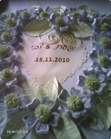 Очень хотелось как-то заполнить серединку сердца. Вот тут и пригодилось приглашение на свадьбу. Я вырезала сердечко из приглашения с датой свадьбы и именами жениха и невесты.Золотистые капельки нарисовала контуром для витражей.Фотки  не очень качественные , т.к. сделаны на мобильник (фотоаппарат отказал в последний момент). фото 4