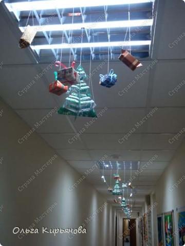 В этом году один из коридоров нашей школы украшен такими новогодними композициями. фото 5
