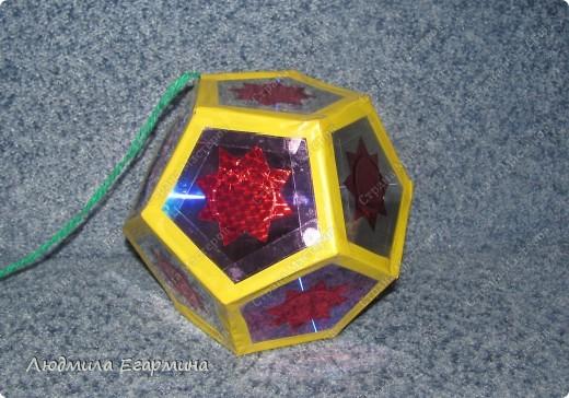Еще одну елочную игрушку соорудили с дочей на городскую елку. На этот раз в ход пошли диски компьютерные и цветная пленка-самоклейка.