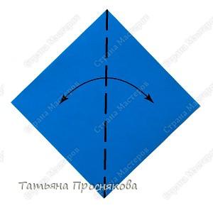 Возьми квадратный лист бумаги. Согни его по диагонали и разогни. фото 1