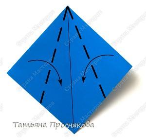 Возьми квадратный лист бумаги. Согни его по диагонали и разогни. фото 2