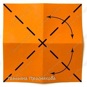 Возьми квадрат бумаги. Согни его пополам и разогни в обоих направлениях. фото 2