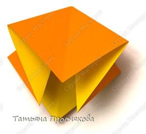 Возьми квадрат бумаги. Согни его пополам и разогни в обоих направлениях. фото 3