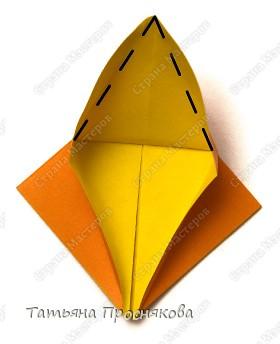 Возьми квадрат бумаги. Согни его пополам и разогни в обоих направлениях. фото 7