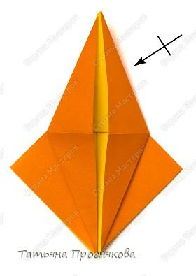 Возьми квадрат бумаги. Согни его пополам и разогни в обоих направлениях. фото 8