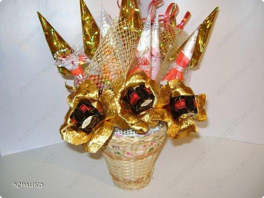 Очень давно хотела сделать на Новый год подарки друзьям и соседям. В Интернете увидела букеты из конфет (Super Cook.ru) и решила попробовать! Выставляю свою пробу. Не судите строго! фото 2
