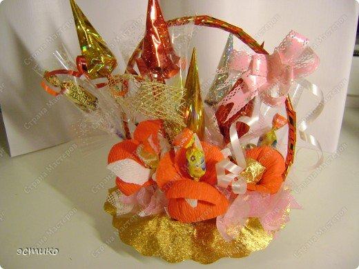Очень давно хотела сделать на Новый год подарки друзьям и соседям. В Интернете увидела букеты из конфет (Super Cook.ru) и решила попробовать! Выставляю свою пробу. Не судите строго! фото 4