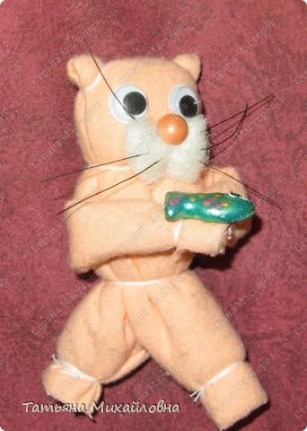 На снеговиках не остановились - https://stranamasterov.ru/node/129702 -  продолжаем развивать эту тему.  Народная кукла  многолика. Будем мастерить кота. Без иголки, т.к. шить еще не умеем. фото 1