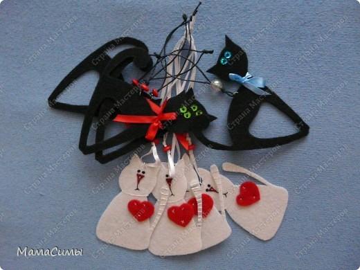 Котик с сердцем. Материалы: фетр, контур для ткани (чёрный и серебристый), колечко, бусинка и атласная лента. фото 3