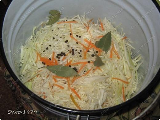 Очень вкусная капуста по этому рецепту получается! На фото не конечный результат, так как поставила ее только вчера в 10 вечера. фото 4