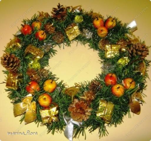 Красивый обычай Запада украшать дома в предрождественское время венками. Раньше Рождественский венок создавали своими руками, украшали яблоками, сладостями и лентами.  фото 1