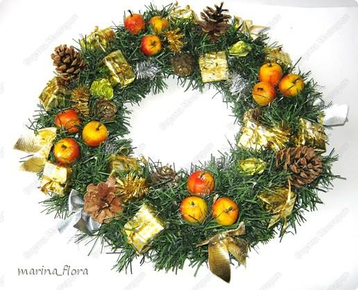 Красивый обычай Запада украшать дома в предрождественское время венками. Раньше Рождественский венок создавали своими руками, украшали яблоками, сладостями и лентами.  фото 2