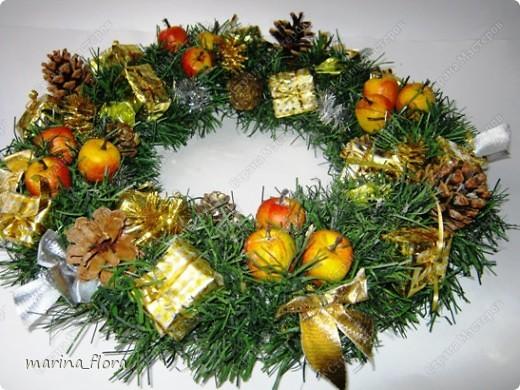 Красивый обычай Запада украшать дома в предрождественское время венками. Раньше Рождественский венок создавали своими руками, украшали яблоками, сладостями и лентами.  фото 3