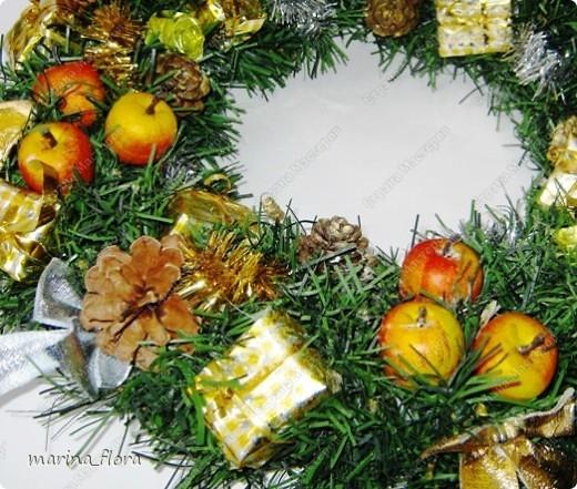 Красивый обычай Запада украшать дома в предрождественское время венками. Раньше Рождественский венок создавали своими руками, украшали яблоками, сладостями и лентами.  фото 4