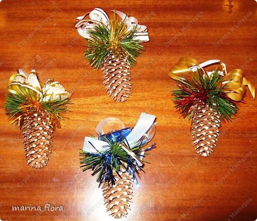 Шишки – плоды хвойных деревьев – прекрасный материал для объемных игрушек и сувениров. Они разнообразны по форме, величине и виду (сосновые, еловые, лиственницы, и т.д). Всем шишкам свойственны общие черты: они хорошо поддаются обработке и склеиванию, могут храниться долгие годы.   фото 2