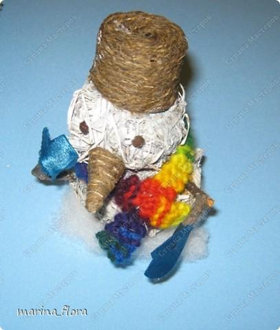 Мы слепили снежный ком,  Шляпу сделали на нем,  Нос приделали и в миг  Получился …  Правильно! СНЕГОВИК. Снеговик - снежная скульптура, создаваемая из снега зимой. Лепка снеговиков, дошедшая до нас с древних времен, детская зимняя игра.  Но наш снеговик сделан из натуральных природных материалов – ДРЕВЕСНОЙ УПАКОВОЧНОЙ СТРУЖКИ.  фото 7