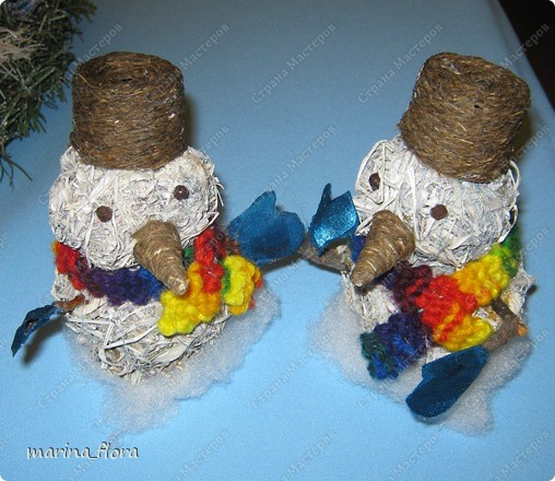 Мы слепили снежный ком,  Шляпу сделали на нем,  Нос приделали и в миг  Получился …  Правильно! СНЕГОВИК. Снеговик - снежная скульптура, создаваемая из снега зимой. Лепка снеговиков, дошедшая до нас с древних времен, детская зимняя игра.  Но наш снеговик сделан из натуральных природных материалов – ДРЕВЕСНОЙ УПАКОВОЧНОЙ СТРУЖКИ.  фото 6