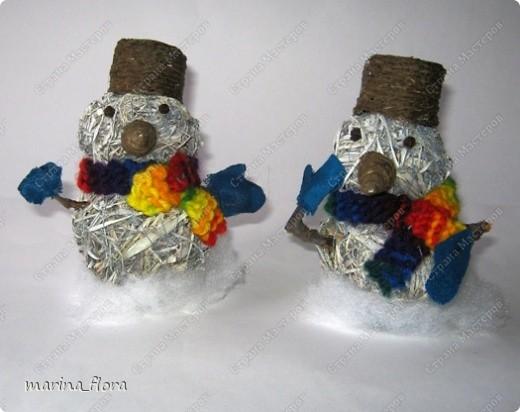 Мы слепили снежный ком,  Шляпу сделали на нем,  Нос приделали и в миг  Получился …  Правильно! СНЕГОВИК. Снеговик - снежная скульптура, создаваемая из снега зимой. Лепка снеговиков, дошедшая до нас с древних времен, детская зимняя игра.  Но наш снеговик сделан из натуральных природных материалов – ДРЕВЕСНОЙ УПАКОВОЧНОЙ СТРУЖКИ.  фото 9