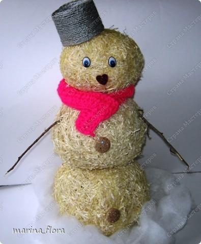 Мы слепили снежный ком,  Шляпу сделали на нем,  Нос приделали и в миг  Получился …  Правильно! СНЕГОВИК. Снеговик - снежная скульптура, создаваемая из снега зимой. Лепка снеговиков, дошедшая до нас с древних времен, детская зимняя игра.  Но наш снеговик сделан из натуральных природных материалов – ДРЕВЕСНОЙ УПАКОВОЧНОЙ СТРУЖКИ.  фото 1
