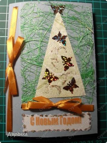 Три открытки с елочками из обоев на подложке из сезаля. Ёлочки украшены пайетками в форме бабочек и цветочков. Совсем не зимние украшения, но мне захотелось соединить зиму с летом. Атласные ленточки по цвету елочных игрушек.  фото 2