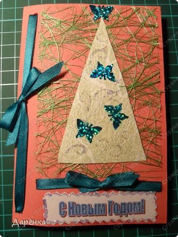 Три открытки с елочками из обоев на подложке из сезаля. Ёлочки украшены пайетками в форме бабочек и цветочков. Совсем не зимние украшения, но мне захотелось соединить зиму с летом. Атласные ленточки по цвету елочных игрушек.  фото 4