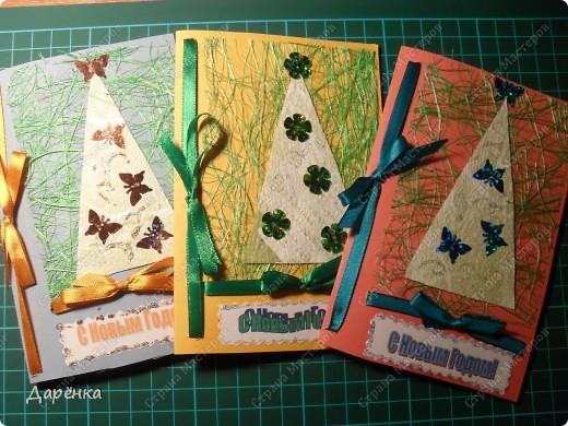 Три открытки с елочками из обоев на подложке из сезаля. Ёлочки украшены пайетками в форме бабочек и цветочков. Совсем не зимние украшения, но мне захотелось соединить зиму с летом. Атласные ленточки по цвету елочных игрушек.  фото 1