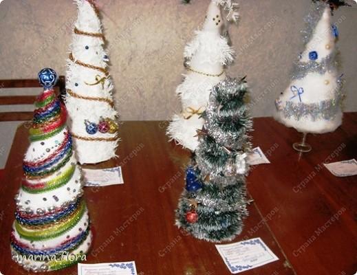 Встреча Нового года — любимый и радостный праздник, а ёлка — символ этого праздника. Но ведь радость можно создать, и не принося вреда живому. Ведь символы мы можем смастерить сами, своими руками.   Можно использовать любые поделочные материалы и самые разнообразные технологии.  фото 8