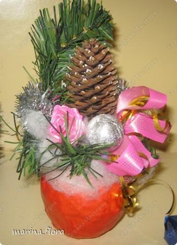 """В библейской традиции яблоко считается плодом райского дерева, то есть Древа познания добра и зла, символ искушения и первородного греха. Композиция """"Рождественское яблоко"""". Яблоко сделано из папье-маше.  фото 3"""