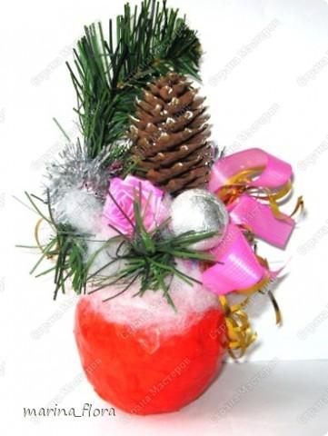 """В библейской традиции яблоко считается плодом райского дерева, то есть Древа познания добра и зла, символ искушения и первородного греха. Композиция """"Рождественское яблоко"""". Яблоко сделано из папье-маше.  фото 1"""