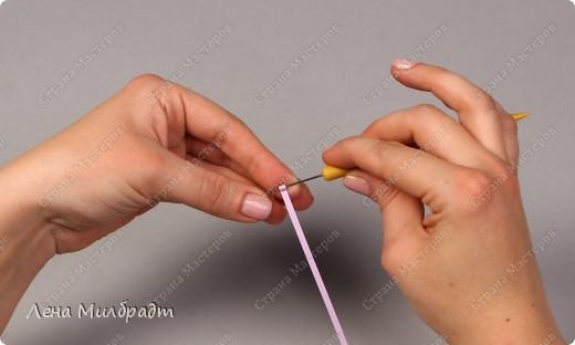 Набор инструментов и материалов для квиллинга:  Тонкое Шило для скручивания бумажных полосок, игла которого не превышает 1мм в диаметре, что позволяет сформировать середину рола как можно тоньше. Также подойдут гобеленовые иглы или булавки. Пинцет для составления композиций. Хорошо подходят прямые гладкие пинцеты для ювелирных работ. Ножницы следует выбирать небольшие с острыми прямыми кончиками, например, ножницы для вырезания силуэтов. Клей ПВА, должен быстро высыхать и не оставлять следов.   фото 3