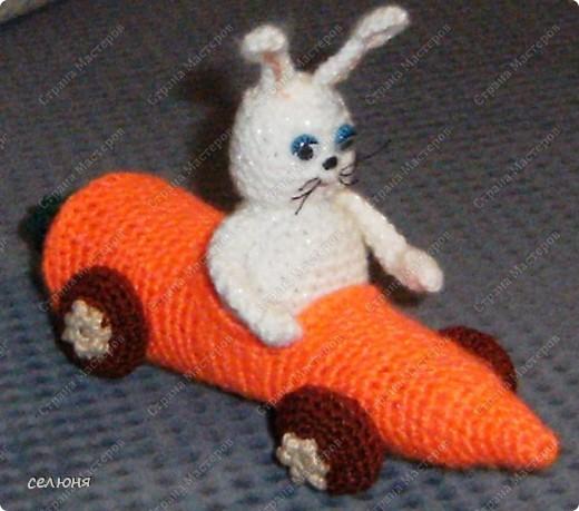 Это символ 2011 года - зайка-очаровашка. Мой мастер-класс по вязанию такого чуда здесь - http://kru4ok.ru/tag/konkurs-belyjj-krolik/page/6/  фото 4