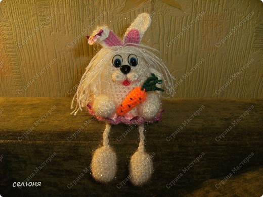 Это символ 2011 года - зайка-очаровашка. Мой мастер-класс по вязанию такого чуда здесь - http://kru4ok.ru/tag/konkurs-belyjj-krolik/page/6/  фото 1