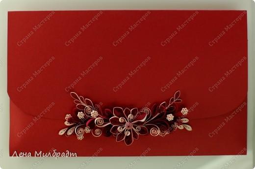 Бумажный клатч. Подходит к денежному подарку на свадьбу, новоселье или на день рождения. Красный букет цветов удачно завершит композицию.