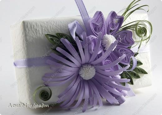 Большие цветы хорошо подходят для украшения подарка. А если подвязать к подарку открыточку с такими же, но маленькими цветочками и попросить флористов собрать букетик цветов в соответствующей цветовой гаме, будет смотреться очень мило.