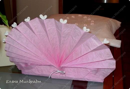 Как можно обыграть казалось бы, традиционный, давно уже не оригинальный, но весьма практичный подарок на свадьбу – комплект постельного белья. Очень просто, если вы хотите, чтобы ваш подарок понравился и запомнился - оформите его в виде «свадебной кроватки». Я именно так однажды и поступила, невеста была так растрогана, что даже расплакалась от избытка чувств. Позже, она бережно сняла упаковку и еще долго, после этого ее хранила.  фото 2