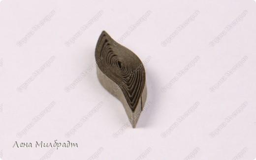 Набор инструментов и материалов для квиллинга:  Тонкое Шило для скручивания бумажных полосок, игла которого не превышает 1мм в диаметре, что позволяет сформировать середину рола как можно тоньше. Также подойдут гобеленовые иглы или булавки. Пинцет для составления композиций. Хорошо подходят прямые гладкие пинцеты для ювелирных работ. Ножницы следует выбирать небольшие с острыми прямыми кончиками, например, ножницы для вырезания силуэтов. Клей ПВА, должен быстро высыхать и не оставлять следов.   фото 14