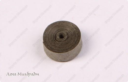 Набор инструментов и материалов для квиллинга:  Тонкое Шило для скручивания бумажных полосок, игла которого не превышает 1мм в диаметре, что позволяет сформировать середину рола как можно тоньше. Также подойдут гобеленовые иглы или булавки. Пинцет для составления композиций. Хорошо подходят прямые гладкие пинцеты для ювелирных работ. Ножницы следует выбирать небольшие с острыми прямыми кончиками, например, ножницы для вырезания силуэтов. Клей ПВА, должен быстро высыхать и не оставлять следов.   фото 10