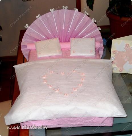 Как можно обыграть казалось бы, традиционный, давно уже не оригинальный, но весьма практичный подарок на свадьбу – комплект постельного белья. Очень просто, если вы хотите, чтобы ваш подарок понравился и запомнился - оформите его в виде «свадебной кроватки». Я именно так однажды и поступила, невеста была так растрогана, что даже расплакалась от избытка чувств. Позже, она бережно сняла упаковку и еще долго, после этого ее хранила.  фото 1