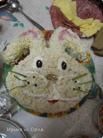 """Такой салатик """"Зайка"""" украшал наш новогодний стол.  Любой салат можно оформить в форме мордашки зайца, главное, чтобы верхний слой был белым.  фото 4"""