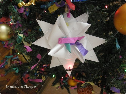 Звезда из кассовой ленты на фото действительно огромная (делала из полосок шириной 5.7 см и длиной 170 см). Получилась звезда длинной и шириной где-то 25 см! фото 1