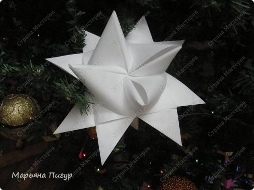 Звезда из кассовой ленты на фото действительно огромная (делала из полосок шириной 5.7 см и длиной 170 см). Получилась звезда длинной и шириной где-то 25 см! фото 2